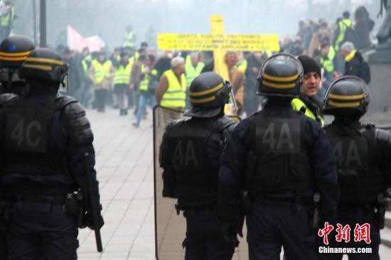 当地时间1月5日,法国2019年首轮示威登场,巴黎数以千计民众再次走上街头,在市中心游行抗议。防暴警察在市中心国民议会大厦附近与示威者对峙。中新社记者 李洋 摄