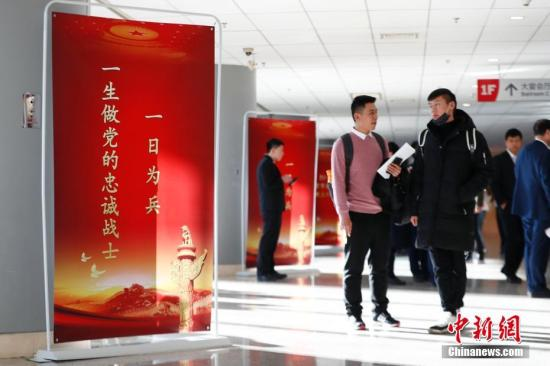 """资料图:北京市退役军人事务局举办""""2018年北京市退役军人就业双选会"""",近300家中央、市属企业和优质大型民营企业提供近千个就业岗位,千余名退役士兵到现场咨询、应聘。中新社记者 富田 摄"""