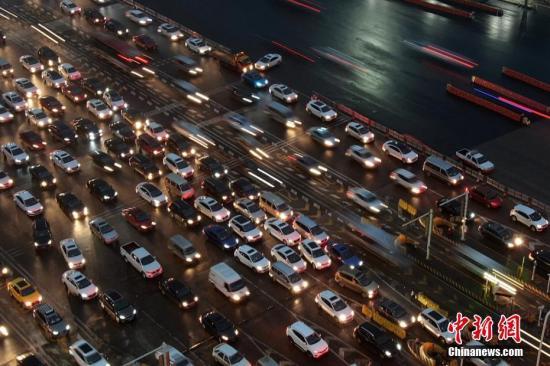 资料图:大批车辆缓慢行驶。泱波 摄