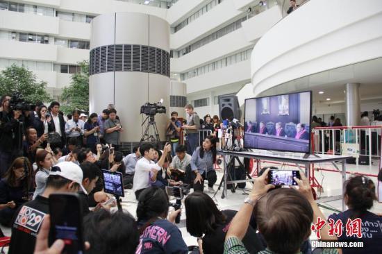 图为媒体及公众在泰国宪法法院外收看宣判实况直播。中新社记者 王国安 摄