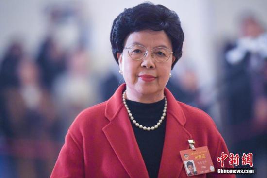 """3月3日,中国人民政治协商会议第十三届全国委员会第二次会议在北京人民大会堂开幕。图为全国政协委员陈冯富珍在""""委员通道""""接受采访。 中新社记者 张娅子 摄"""