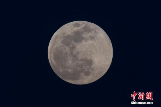 资料图:超级月亮。 中新社记者 韦亮 摄