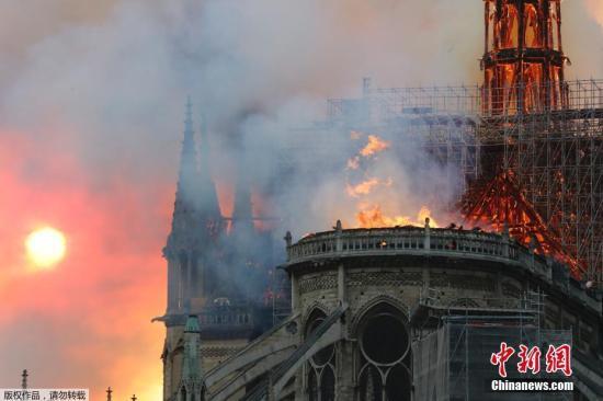图为法国引以为傲的巴黎圣母院陷于火海之中。塔尖部分已经在大火中摇摇欲坠,顶部的其他部分正在逐渐被大火吞噬。