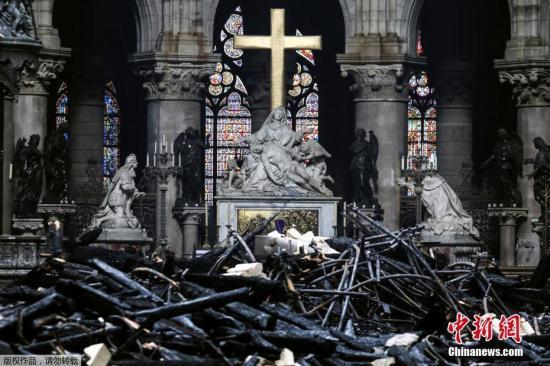 当地时间4月16日,法国消防部门宣布巴黎圣母院大火被完全扑灭。巴黎圣母院的大部分顶部被烧毁,屋顶出现一个大洞。火灾过后,大教堂内部四处散落着烧焦的碎片。