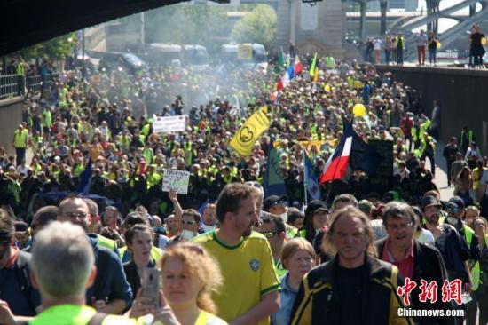 当地时间4月20日,巴黎再次发生大规模示威,并伴随暴力冲突。巴黎圣母院本周遭遇的大火,未能阻挡示威者的步伐,有9000人参与当天的示威。数以千计示威者从贝尔西车站前往共和国广场。中新社记者 李洋 摄