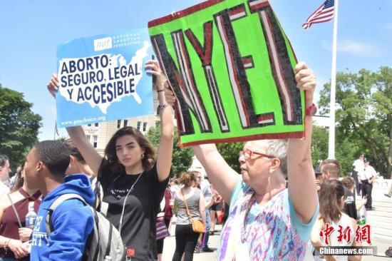 资料图:当地时间5月21日,数百名抗议者聚集在位于华盛顿的美国联邦最高法院门前,抗议近期美国多个州通过的禁止堕胎法令。。中新社记者 沙晗汀 摄