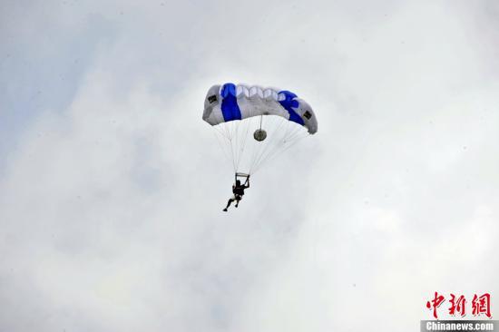 资料图:一名跳伞员在空中。中新社发 李桐 摄