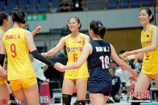 原料图:中国女排祝贺胜利。图片来源:ICphoto