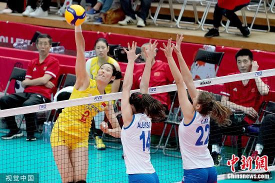 原料图:朱婷在对阵塞尔维亚的比赛中扣球。图片来源:视觉中国