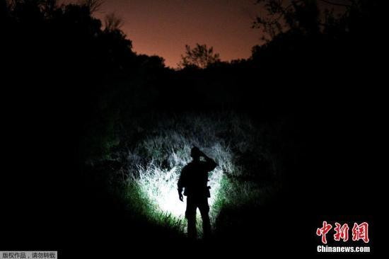 资料图:当地时间4月6日,美国德克萨斯州帕尔姆维尤,边境巡逻人员正在搜寻非法入境的移民。