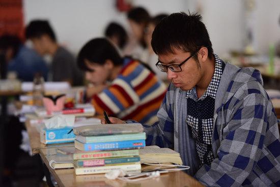 10月2日,安徽阜阳,在阜阳师范学院自习教室内,不少准备考研的大学生在紧张苦读,备战考试。视觉中国供图