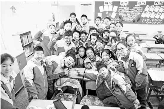 胡诗琪和同学们一起吃蛋糕。