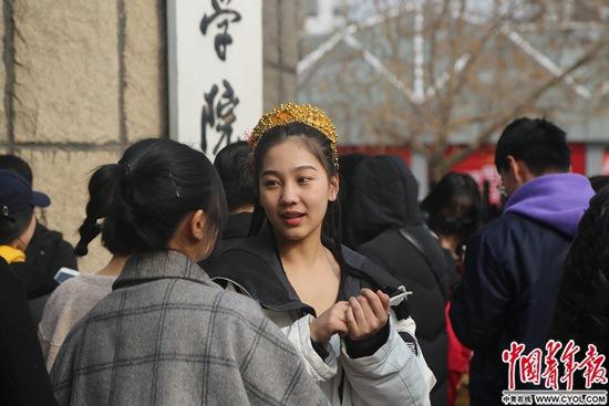 2月25日,北京电影学院,考生走出考场时接受媒体采访。实习生王艺霏/摄
