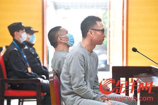 原料图:陈恂敏(戴眼睛者)、陈恩年在法庭受审,两人当庭外示认罪。