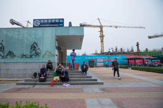 2014年9月28日,北京地铁4号线天宫院站,南来北往的异乡客。本版图片均由视觉中国供图