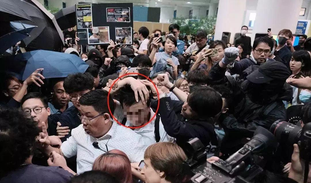 ▲穿白色衬衫的内地学生遭到当地黑衣学生的暴打(图源:港媒)