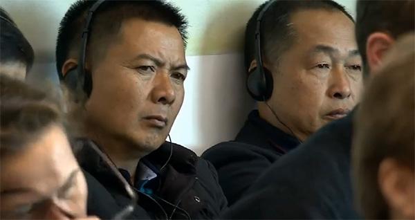 听证会上的中国福建村民 荷兰电视台截图