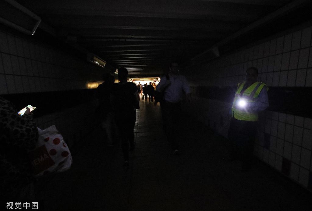 英国伦敦发生大周围停电事故 交通瘫痪市民滞留车站 图自视觉中国