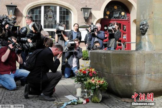 当地时间4月8日,德国明斯特市政府官员和民众在案发现场献花悼念遇难者。7日,一辆货车在当地冲撞人群,致20余人死伤,司机随后在车内开枪自杀。