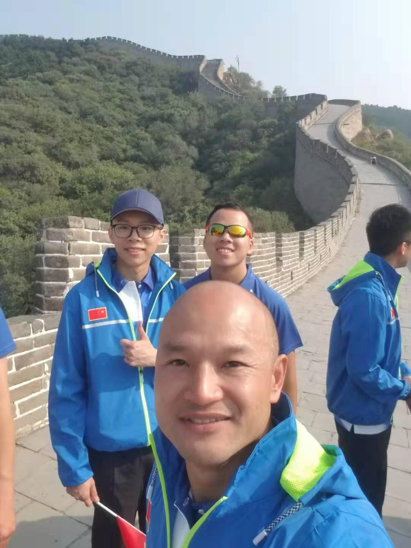 刘sir完成心愿 登上长城发自拍照
