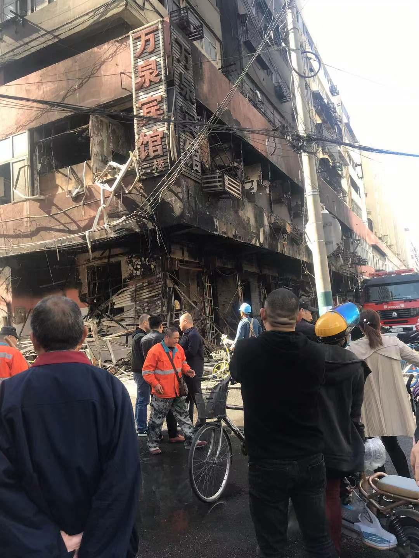 安徽蚌埠火车站附近一楼房起火,消防救援人员正在现场处置。受访者供图