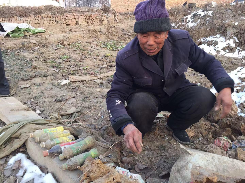 开幼卖店的殷三刚,来不敷搬家,房子便遭到拆除。12月14日,他从附近的废墟中,刨出当时未拆封的饮料。 新京报记者赵凯迪摄