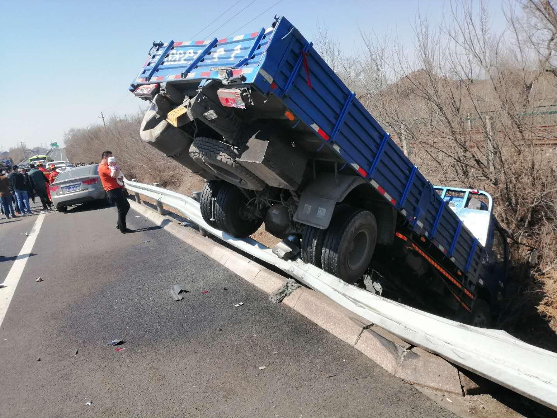 八達嶺高速發生嚴重車禍 16輛車損毀受傷人員已送醫