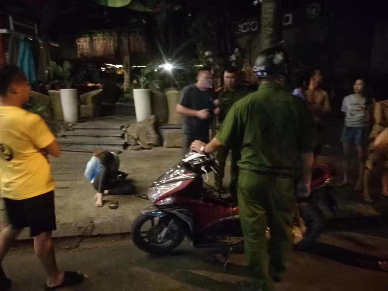 女劫匪被河南外子驯服约20分钟后,当地警方到场处置。 受访者供图