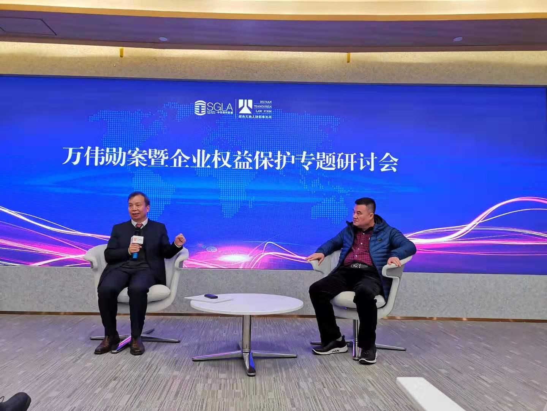 万伟勋(右)和其辩护人翟玉华在活动现场。 澎湃新闻记者 谭君 图