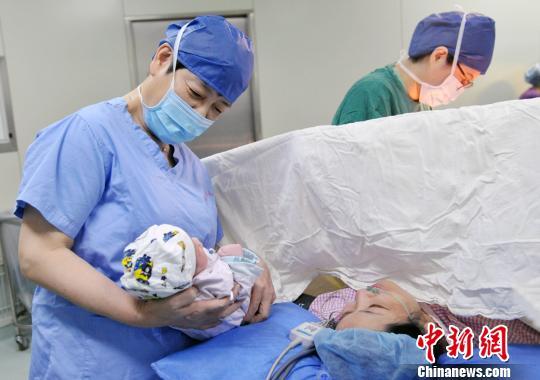 通过PGT技术阻断印记基因疾病Schaaf-Yang综合征的新生儿在上海诞生。 芊烨 摄
