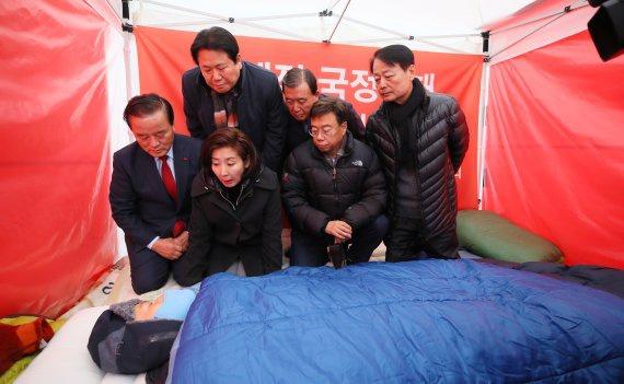 27日白天,自由韩国党议员探望绝食中的黄教安。(fnnews网站)