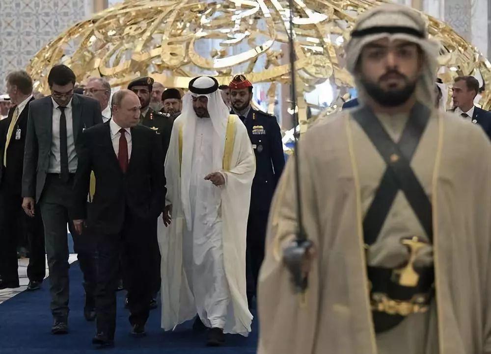 10月15日,在阿联酋阿布扎比,俄罗斯总统普京(中左)与阿联酋阿布扎比王储穆罕默德(中)出席欢迎式。新华社/路透