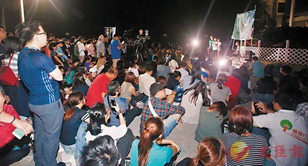 """游行中,""""港独""""分子乘机发难煽动示威者。/来源:文汇报"""