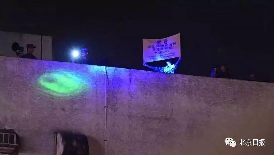 解放军持黄旗警告。图片来源:香港卫视