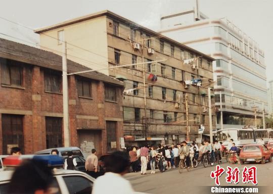 1996年案发现场,上海虹桥路某居民楼。 张亨伟 摄