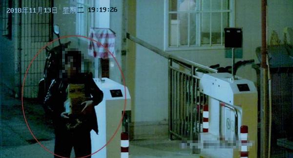 监控拍下的外卖小哥作案过程截图。