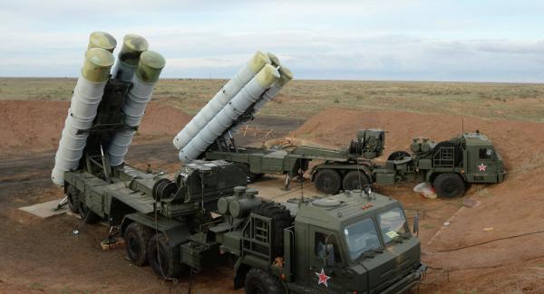 俄罗斯媒体报道称,克里米亚半岛的四套S-400防空导弹体系采用了最新式的40N6E型超长途防空导弹。