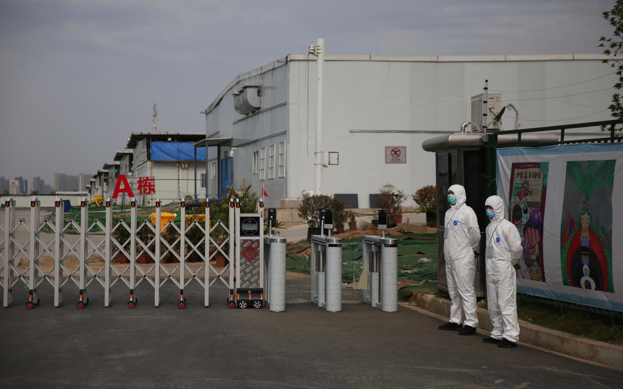 身穿防护服的工作人员在雷神山医院执勤。新京报记者 郑新洽 摄