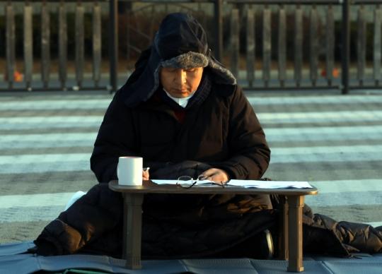21日早上,绝食中的黄教安(韩联社)
