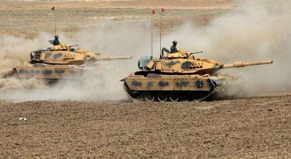 图为进入叙利亚北部地区的土耳其军队