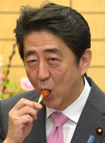 安倍试吃福岛柿子干(时事通信社)