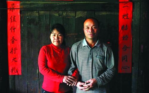 去年记者在周应雄家帮他们夫妻拍的一张合影。他们说,这是他们俩第一次这么正式拍照。