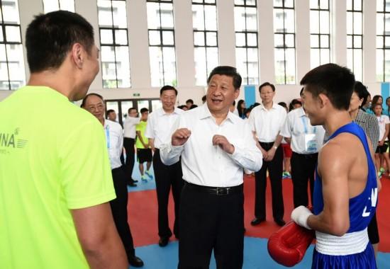 2014年8月15日,习近平来到南京青奥会运动员村,亲切看望参加本届青奥会的中国体育代表团。图片来源:新华社