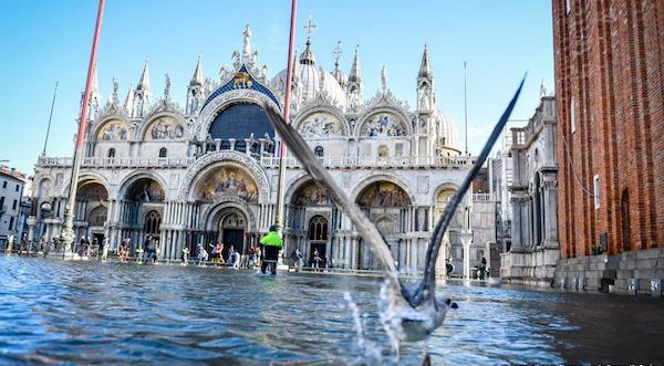 挺直在洪水中的威尼斯圣马可大教堂