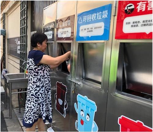 上海警备区第四干休所小区居民在投放垃圾 田泓摄