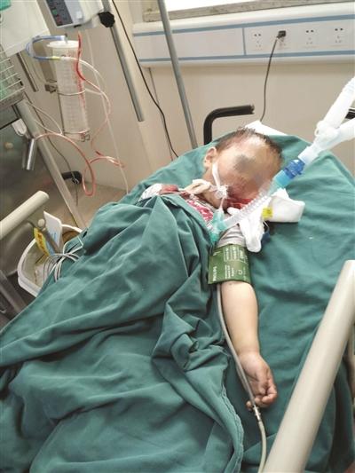 出过后,孩子被送医院拯救。