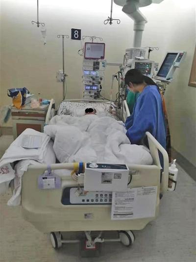母亲在重症监护室陪伴着术后的小虫。受访者供图
