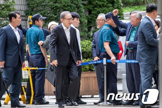 法院外,多名支持者握拳喊口号,声援李明博(news 1)
