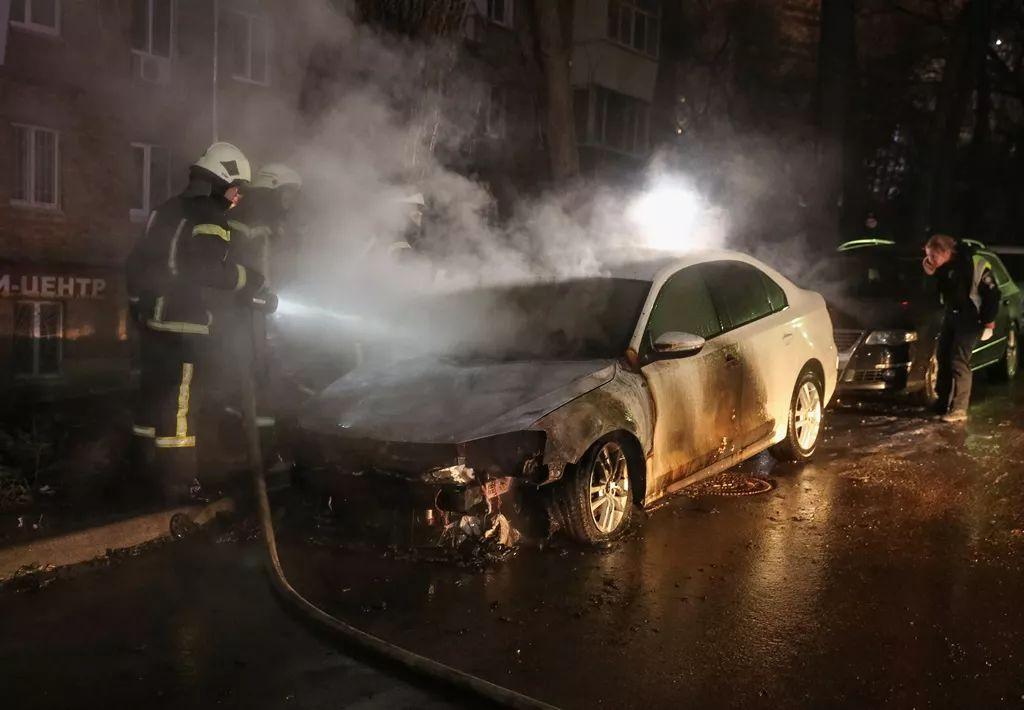 ▲悬挂俄酬酢牌照的汽车在乌克兰被销毁。(路透社)