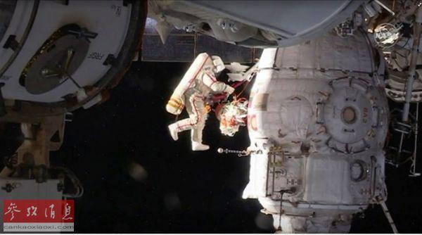 2018年12月12日,俄宇航员奥列格·科诺年科在太空行走中打开联盟号飞船的微陨石保护层。(路透社)